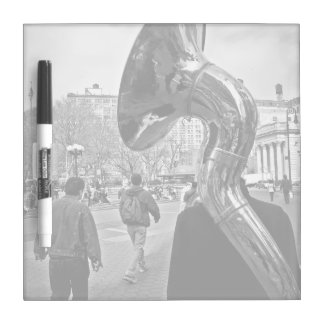 jugador de trompeta misterioso blanco y negro tableros blancos