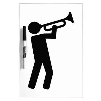 Jugador de trompeta tableros blancos