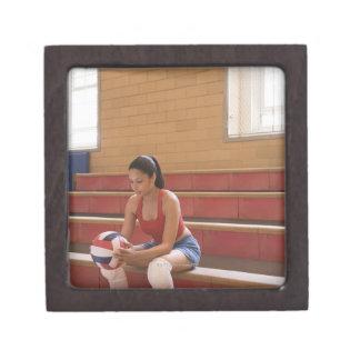 Jugador de voleibol con voleibol cajas de joyas de calidad