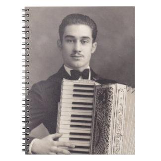 Jugador del acordeón del vintage spiral notebooks
