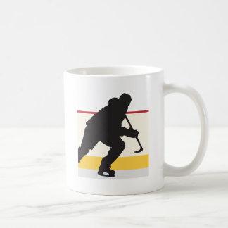 jugador del hockey sobre hielo en el movimiento tazas de café