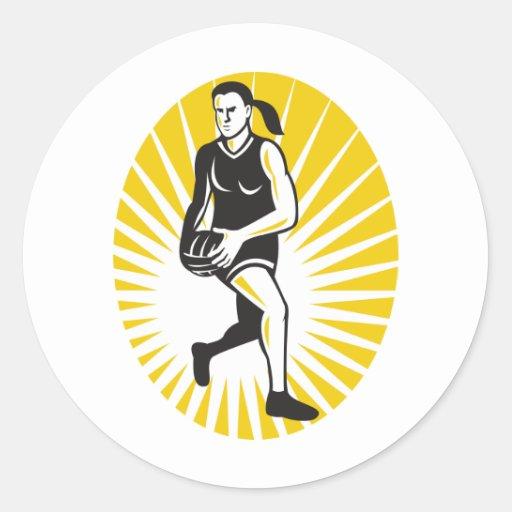 jugador del netball que corre con la bola etiqueta redonda