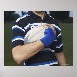 Jugador del rugbi con la bola póster