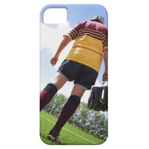 Jugador del rugbi en la línea lateral con los funda para iPhone SE/5/5s