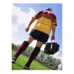 Jugador del rugbi en la línea lateral con los tarjeta postal