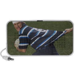 Jugador del rugbi que consigue la camisa tirada laptop altavoz