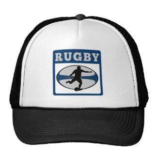 jugador del rugbi que golpea la bola con el pie gorras