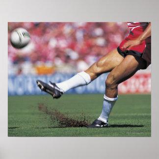 Jugador del rugbi que golpea la bola con el pie impresiones