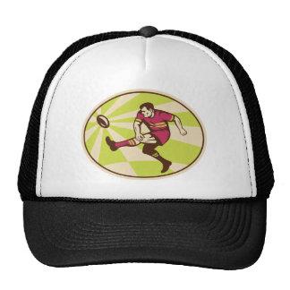 Jugador del rugbi que golpea la bola con el pie re gorros