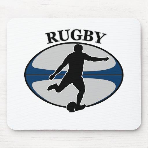 jugador del rugbi que golpea la bola con el pie tapete de ratones