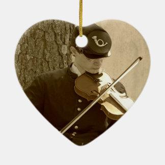 Jugador del violín de la guerra civil adorno navideño de cerámica en forma de corazón