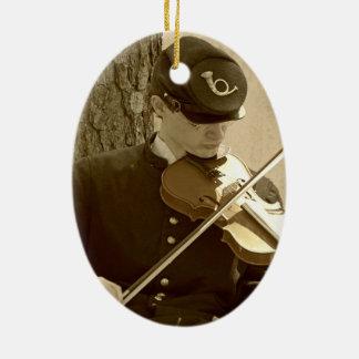 Jugador del violín de la guerra civil adorno navideño ovalado de cerámica