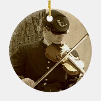 Jugador del violín de la guerra civil adorno navideño redondo de cerámica