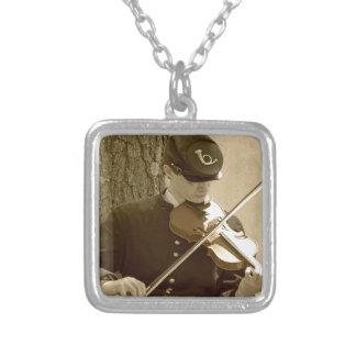 Jugador del violín de la guerra civil colgante cuadrado