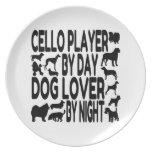 Jugador del violoncelo del amante del perro plato de comida