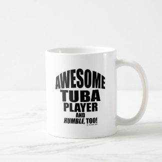 Jugador impresionante de la tuba taza