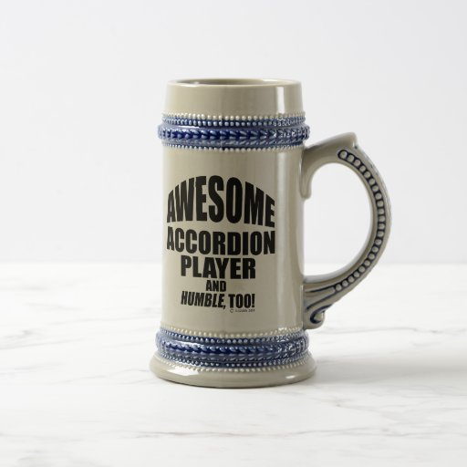 Jugador impresionante del acordeón tazas de café