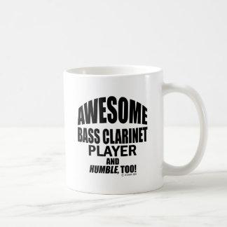 Jugador impresionante del clarinete bajo tazas de café