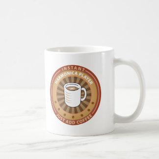 Jugador inmediato de la armónica taza de café