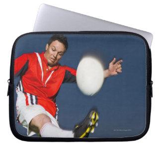 Jugador que golpea la bola con el pie manga portátil