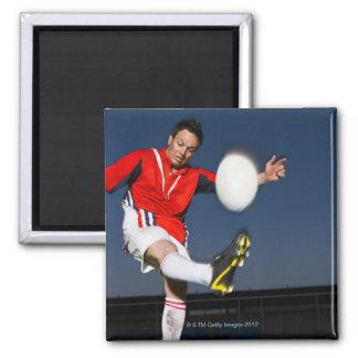 Jugador que golpea la bola con el pie imán cuadrado
