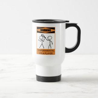 Jugador temperamental amonestador de la viola taza de café