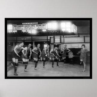 Jugadores de básquet del baile en el club 1926 del posters