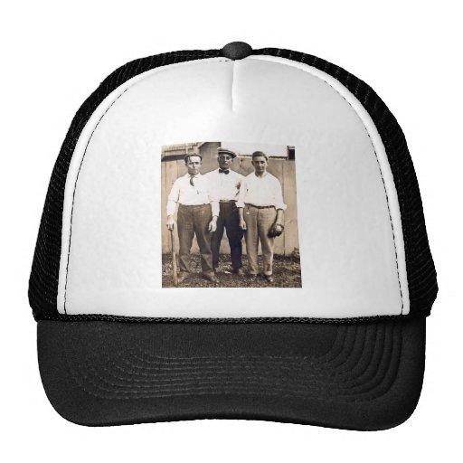Jugadores de béisbol del vintage en la vecindad gorras de camionero
