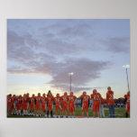 Jugadores de fútbol americano incluyendo adolescen póster