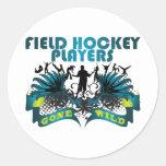 Jugadores de hockey hierba idos salvajes etiqueta redonda