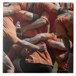 Jugadores masculinos del rugbi en el melé, vista p azulejo cuadrado grande