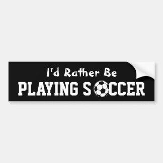 Jugar a fútbol etiqueta de parachoque