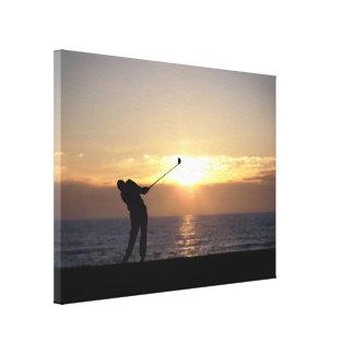 Jugar a golf en la puesta del sol impresión en lienzo estirada