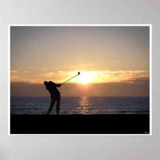 Jugar a golf en la puesta del sol póster