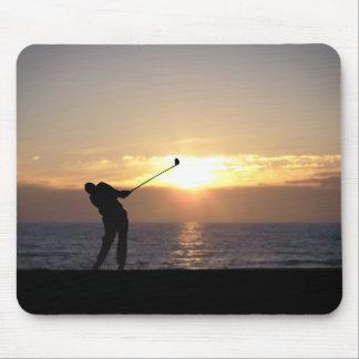 Jugar a golf en la puesta del sol mouse pads