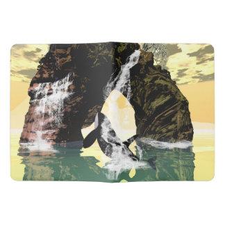 Jugar la orca debajo de una cascada funda para libreta y libreta extra grande moleskin