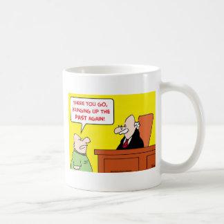 jugde que saca a colación el pasado otra vez taza de café