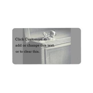 Juguete blanco y negro en un estante etiqueta de dirección