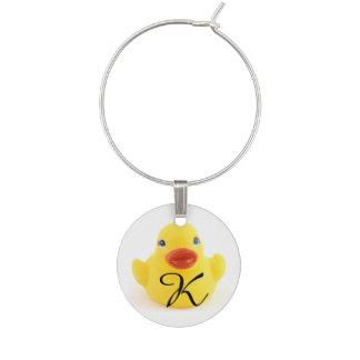 Juguete de goma amarillo del pato con inicial identificadores de copas