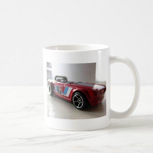 Juguete rojo del coche del músculo taza de café
