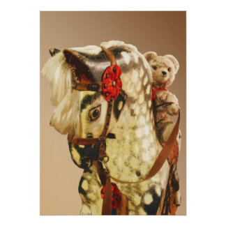Juguetes viejos: el peluche refiere un caballo posters