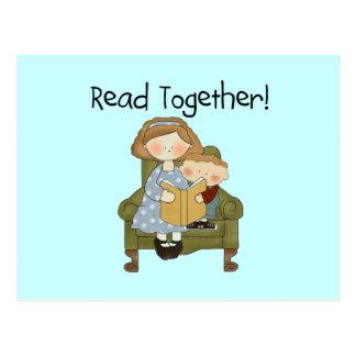 Junto mamá y camisetas y regalos leídos del muchac tarjeta postal
