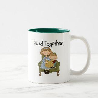 Junto mamá y camisetas y regalos leídos del taza de dos tonos