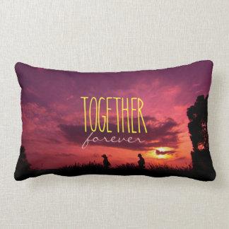Junto para siempre pares en puesta del sol del cojines