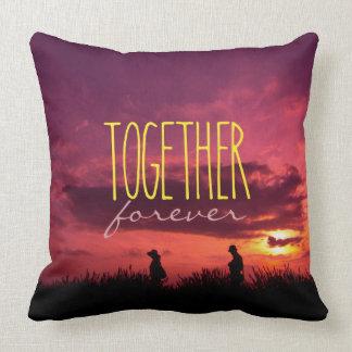 Junto para siempre pares en puesta del sol del cojin