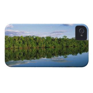 Juruena, el Brasil. Orilla del río boscosa refleja Case-Mate iPhone 4 Carcasas
