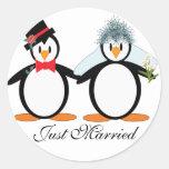 Just Married Pengos Round Sticker