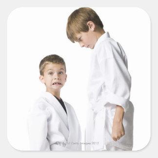 juventud que practica artes marciales pegatina cuadrada