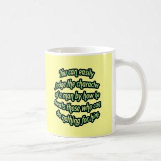 Juzgue el carácter de un hombre taza de café