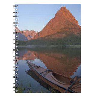 Kajak de madera en el lago Swiftcurrent en la sali Cuadernos